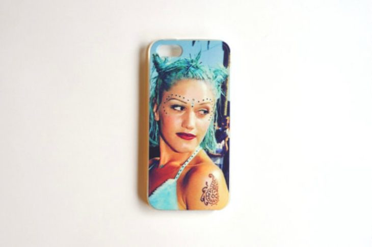 caratula de telefono con imagen de chica con el cabello azul