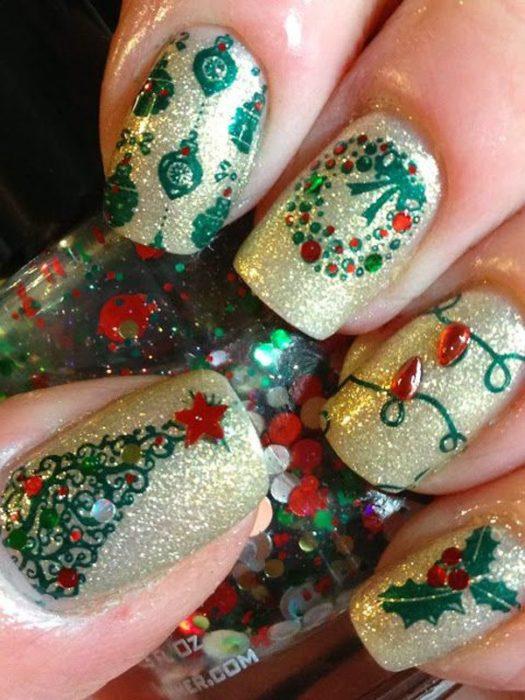 Decoración de uñas navideñas con pinos y luces