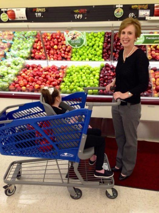 mujer blanca con carro de supermercado