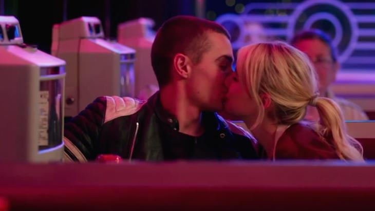 mujer besando a hombre en restaurante