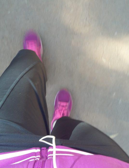 pies de mujer corriendo