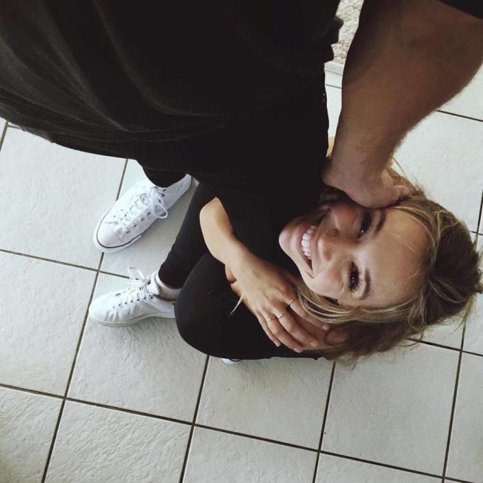 mujer abrazando la pierna de un hombre