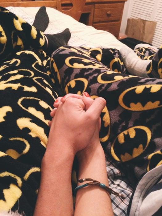 pareja con la misma pijama tomados de la mano
