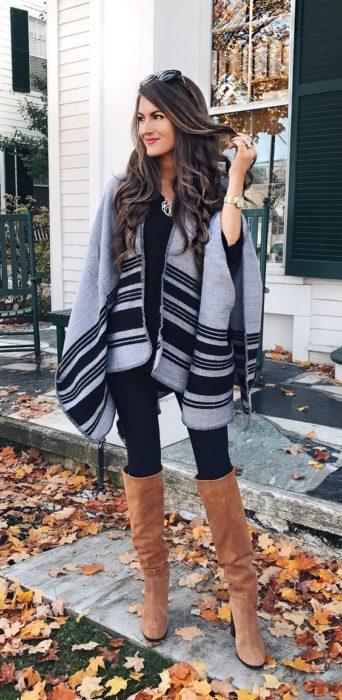 Chica usando un poncho