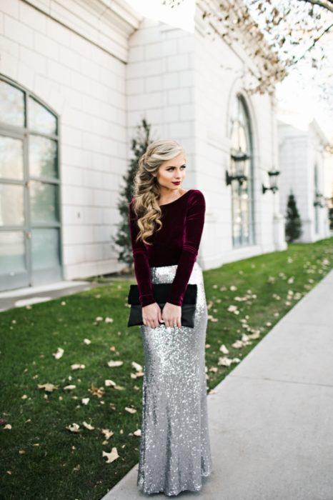 Chica usando una falda metalica con un sueter de terciopelo