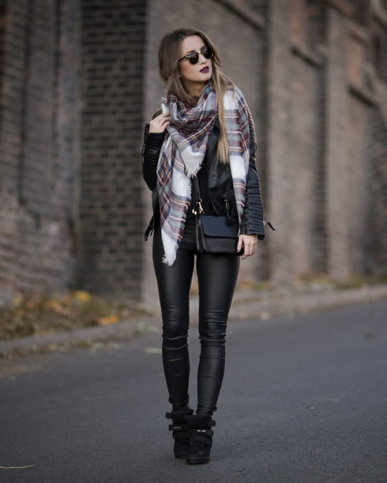 Chica vestida de negro con una bufanda de colores
