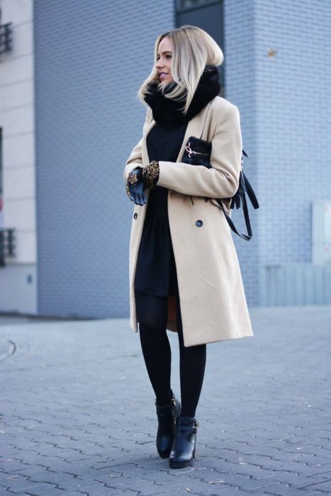 Chica con un abrigo color beige
