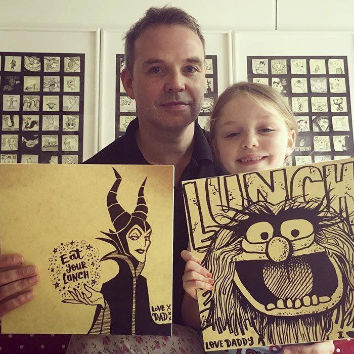 hombre rubio al lado de hija con dibujos