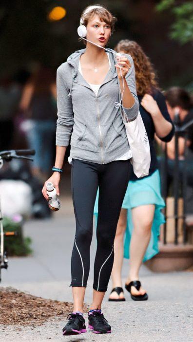 Chica con curvas con gafas de vestir