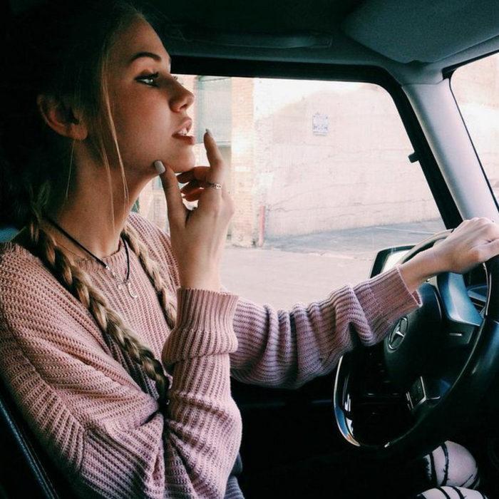 mujer manejando coche pensando