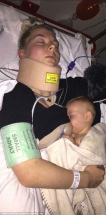 madre rubia en el hospital amamantando a su bebé