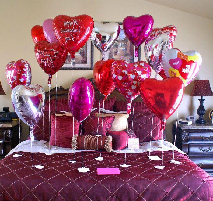 globos con regalos en la cama