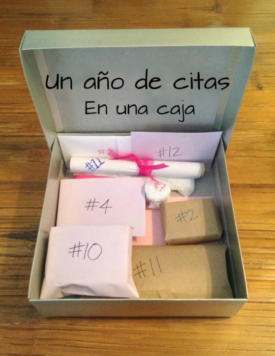 caja con regalos de 12 meses