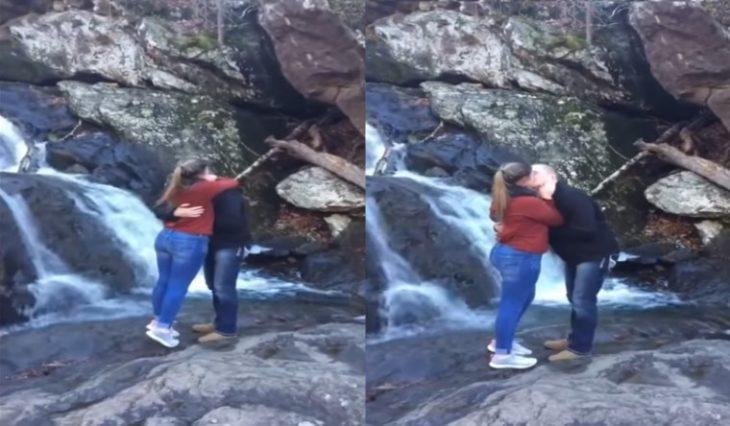 chica y hombre en una cascada