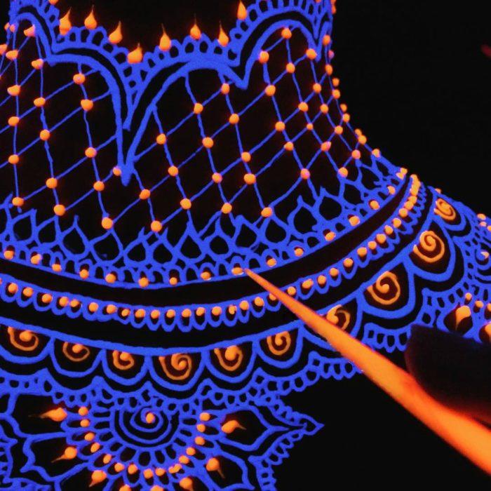 Tautajes de hena neón que brillan en la oscuridad