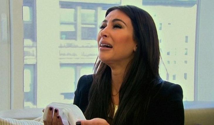 mujer llorando con pañuelo