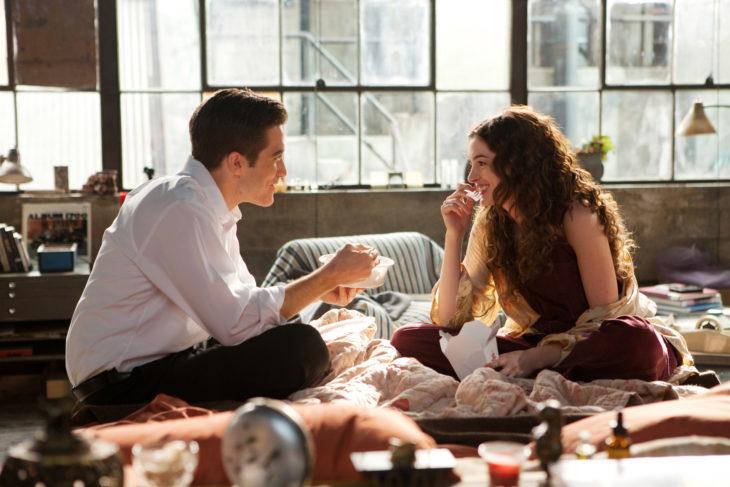 Escena de la película amor y otras adicciones, chicos platicando