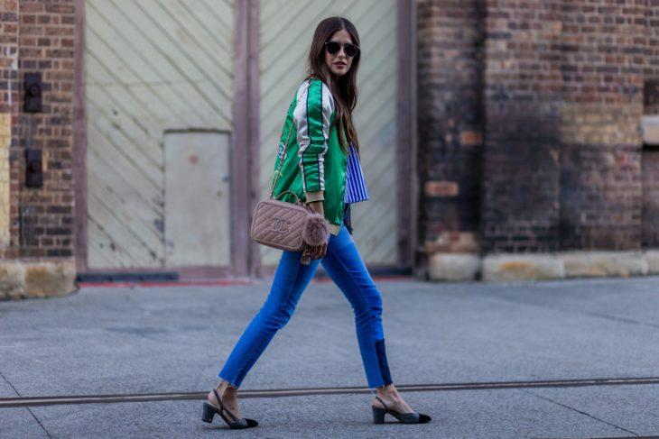 Chica caminando por la calle con tacones bajos