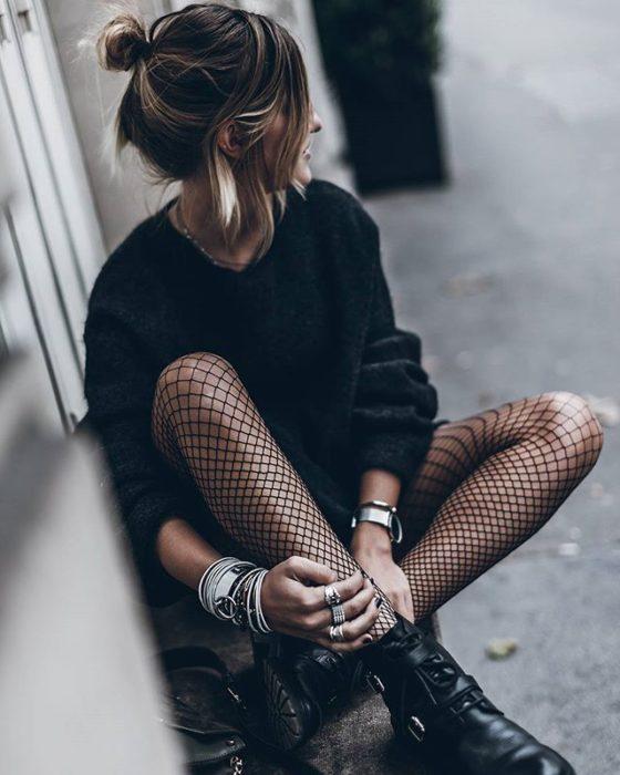 Chica sentada usando medias
