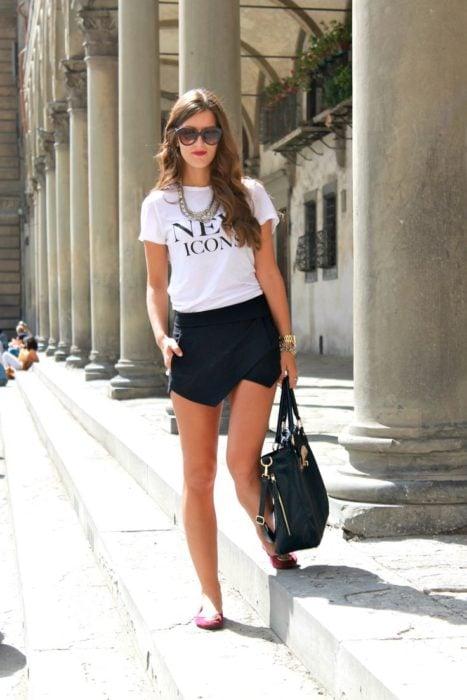 Chica usando una camiseta para un look casual