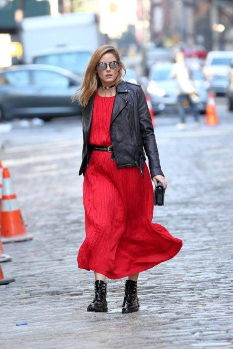 mujer rubia con vestido rojo y chaqueta de cuero