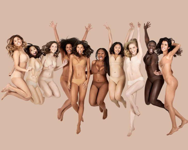mujeres saltando en lenceria
