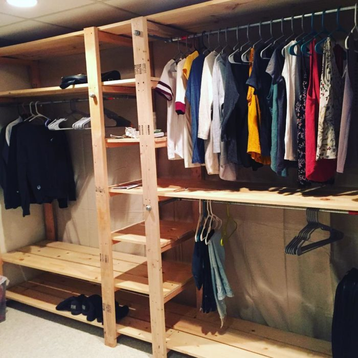 armario con ropa y tarimas de madera