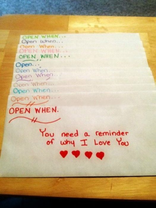 cartas con letras de colores y corazones