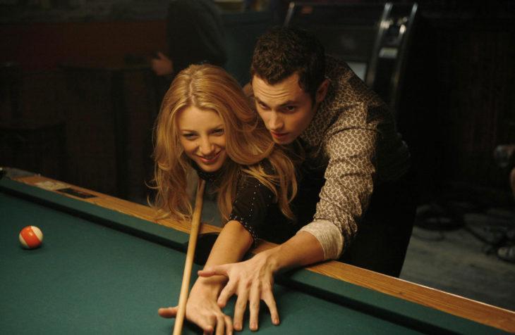 chica jugando billar con su novio