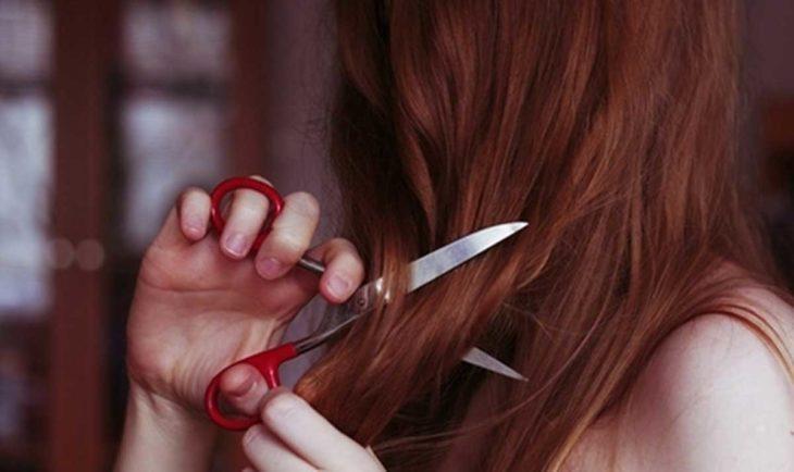 chica cortando su cabello
