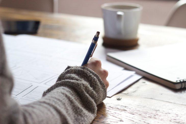 chica escribiendo en su diario