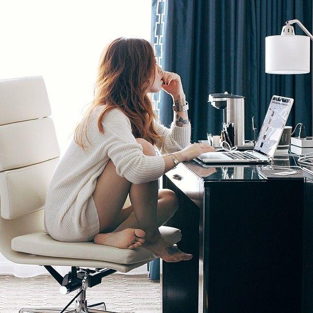 chica frente a su computadora