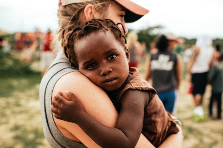 chica solidaria ayudando a niños