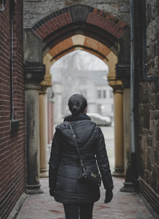 chica caminando por un pasillo