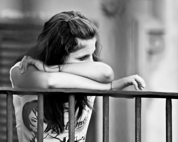 chica triste en el balcon
