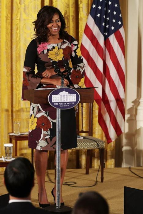 Michelle obama usando un vestido negro con flores