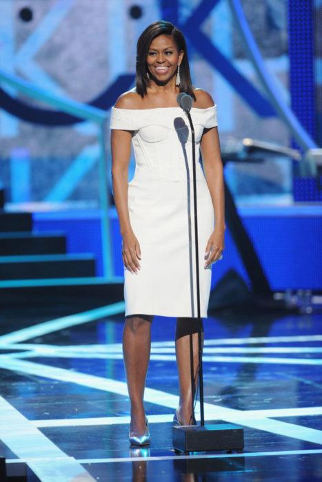Michelle obama usando un vestido blanco de Zac Posen