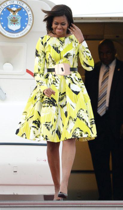 Michelle obama usando un vestido amarillo