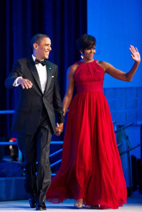 Michelle Obama usando un vestido color rojo