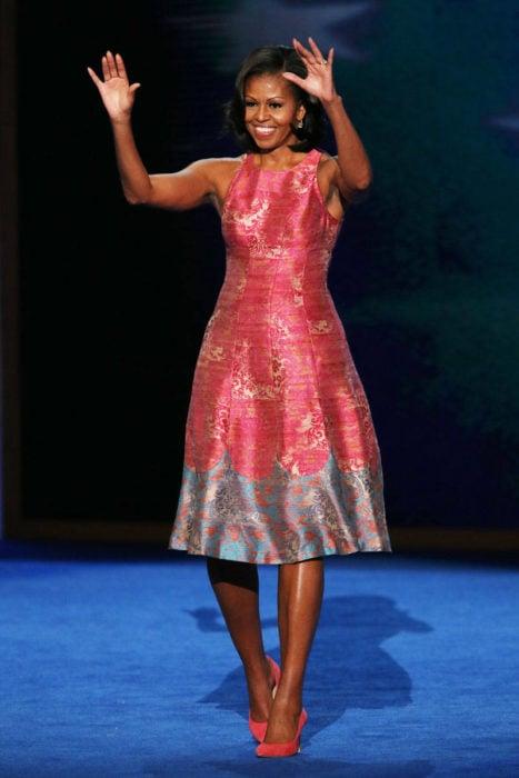 Michelle Obama usando un vestido rojo