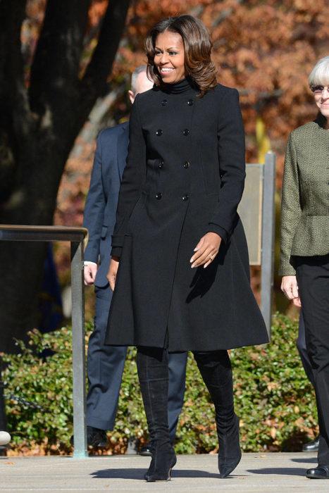 Michelle obama usando un abrigo negro