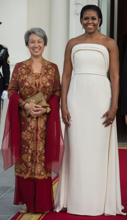 Michelle obama usando un vestido color hueso