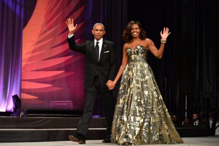Michelle obama usando un vestido verde con con detalles metalicos