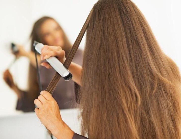 chica planchando su cabello