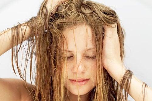 chica con cabello humedo