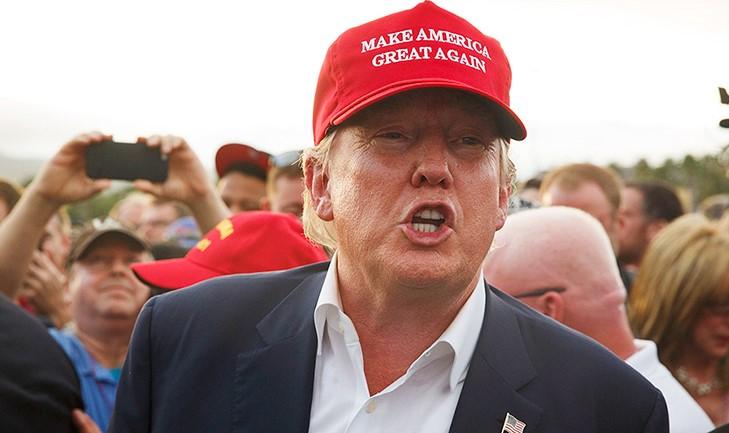 hombre rubia con gorra roja