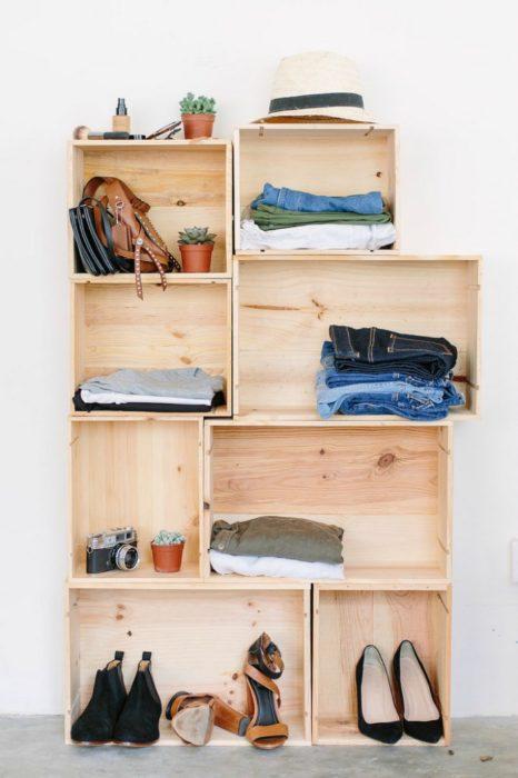 armario con ropa y cajones de madera