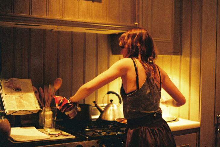 mujer cocinando en la noche