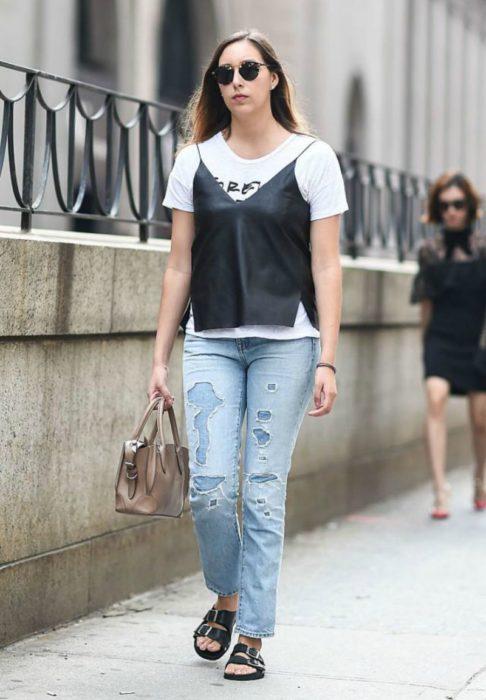 mujer con jeans, playera y camisa de tirantes