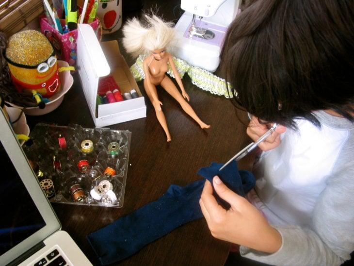 haciendo ropa para barbie